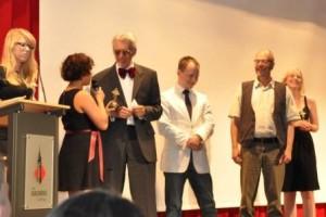 Uebergabe Oscars an Klassenlehrer